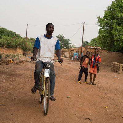 velo et enfants dans la rue